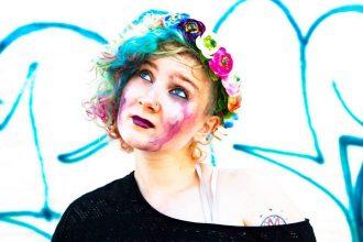 Vi digger Annie Woodward . Hun er en bunn solid grunge folk-rocker fra Oslo. Lever for tiden i en koffert pendlende mellom Oslo, NYC & Los Angeles.   Hun er på vår playlist med låta:  Eager to Talk, som er tatt fra hennes  første singel:    2 Faces On A Clown.  March 6, 2015 ( Ny Release)